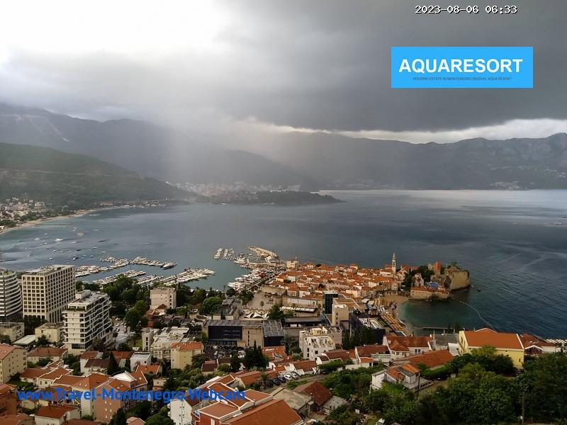 Веб-камера показывает пляж, море и горы Будвы, старинного города Черногории